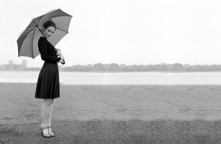 zooey_deschanel_dress_brunette_umbrella_black_white_28900_3840x2400